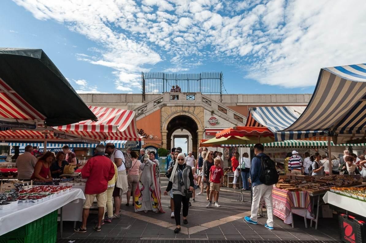 Blumenmarkt auf dem Cours Saleya in Nizza.