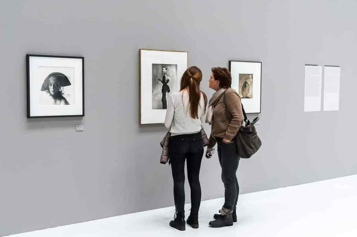 Ausstellungsbesucher vor einem Portrait von Lisa Fonssagrives-Penn (Foto: Simon Bierwald, Indeed Photography)