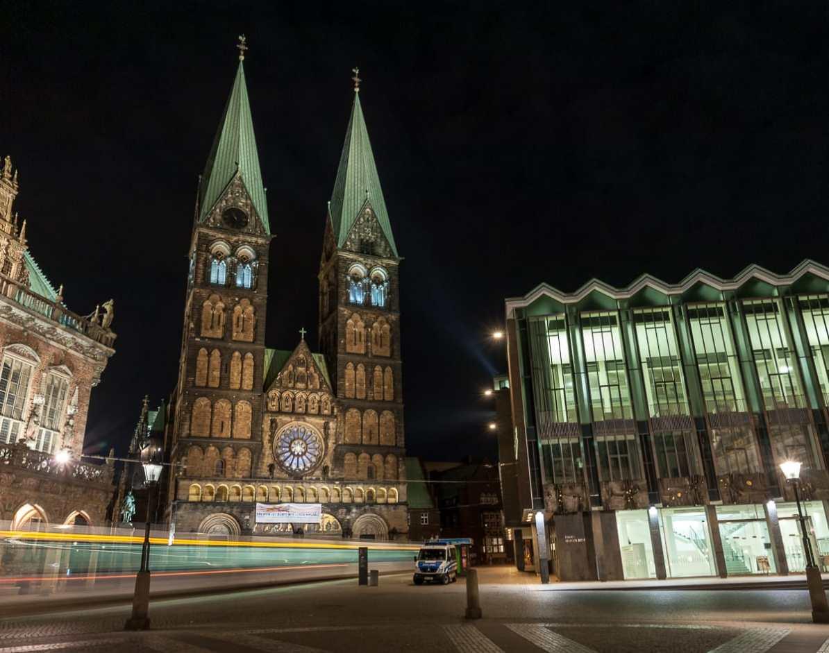 Dom St. Petri zwischen Rathaus und Bürgerschaft in Bremen.