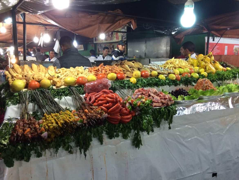 Prallgefüllte Stände auf dem DJemaa el Fna