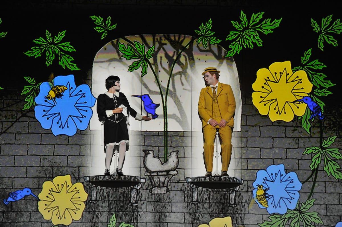 Anke Krabbe (Pamina) und Richard Šveda (Papageno) im drehbaren Bühnenbild Foto: Hans Jörg Michel