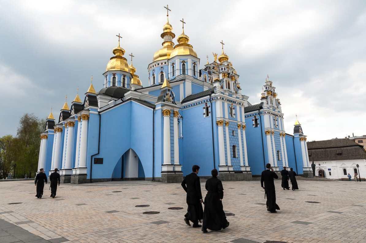 Mein Lieblingsmotiv aus Kiew - Mönche gehen über den Platz des St. Michaelskloster