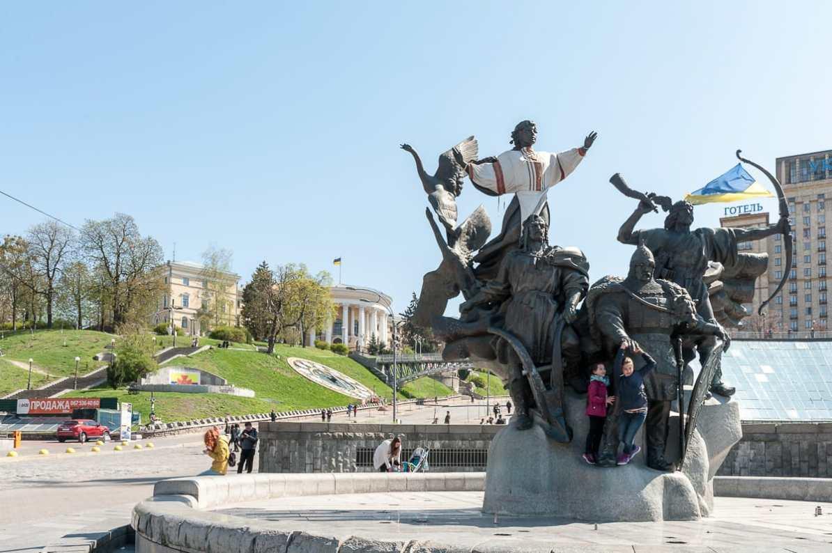 Kinder spielen am Brunnen der Stadtgründer auf dem Majdan