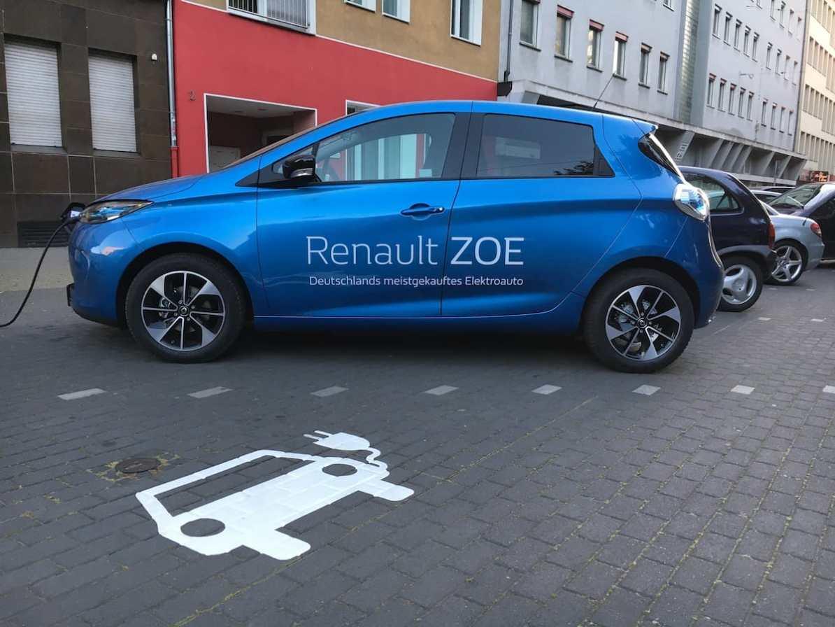 Parkplätze für Elektroautos mit Ladesäulen