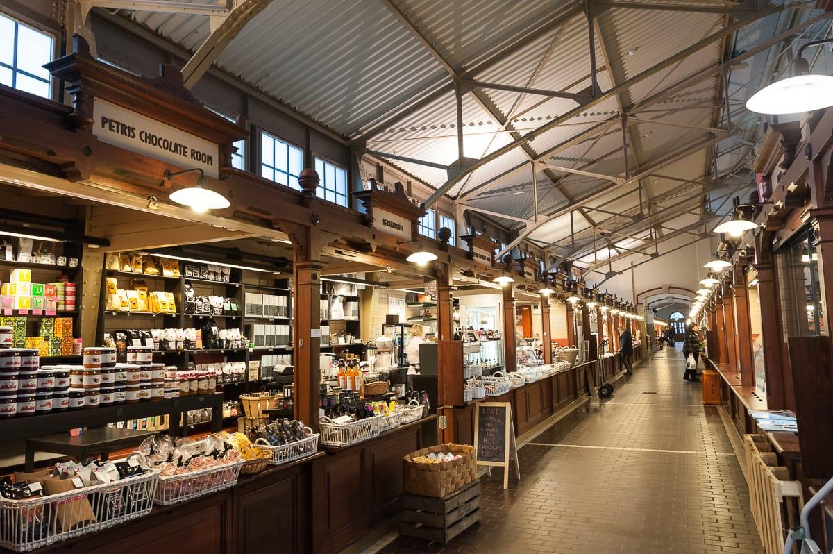 Im Inneren der alten Markthalle von Helsinki