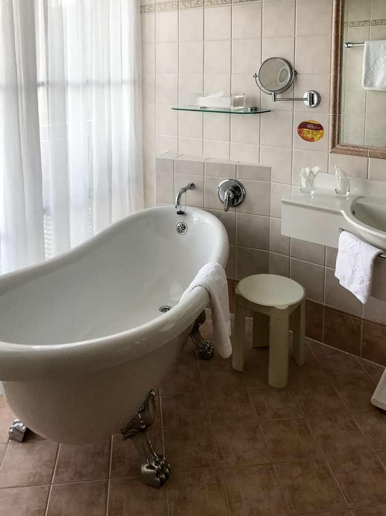 Freistehende Badewanne im Hotel Hubertus