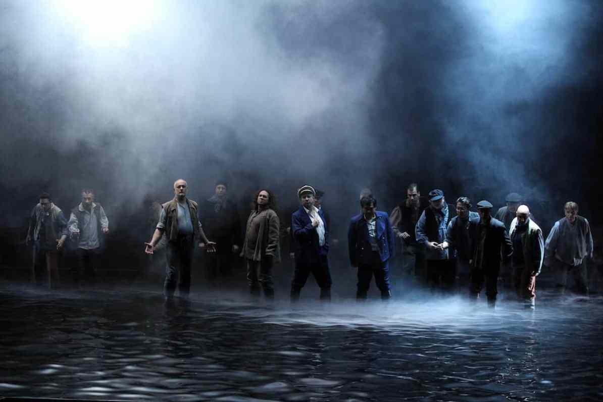 Chor und Extrachor des theaterhagen, in der Mitte Rainer Zaun (Daland), Kejia Xiong (Steuermann), Fotograf: Klaus Lefebvre