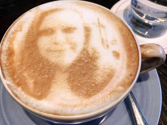 Mein Gesicht auf einem Kaffee - Latte Art