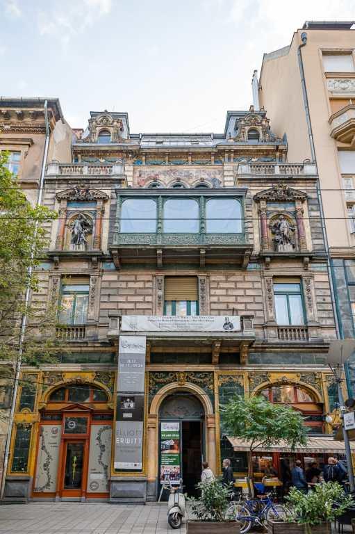 Mai Manó Haus - Haus der Fotografie, ein reichhaltig verziertes Jugendstilhaus mit Tageslichtstudio im Obergeschoss.