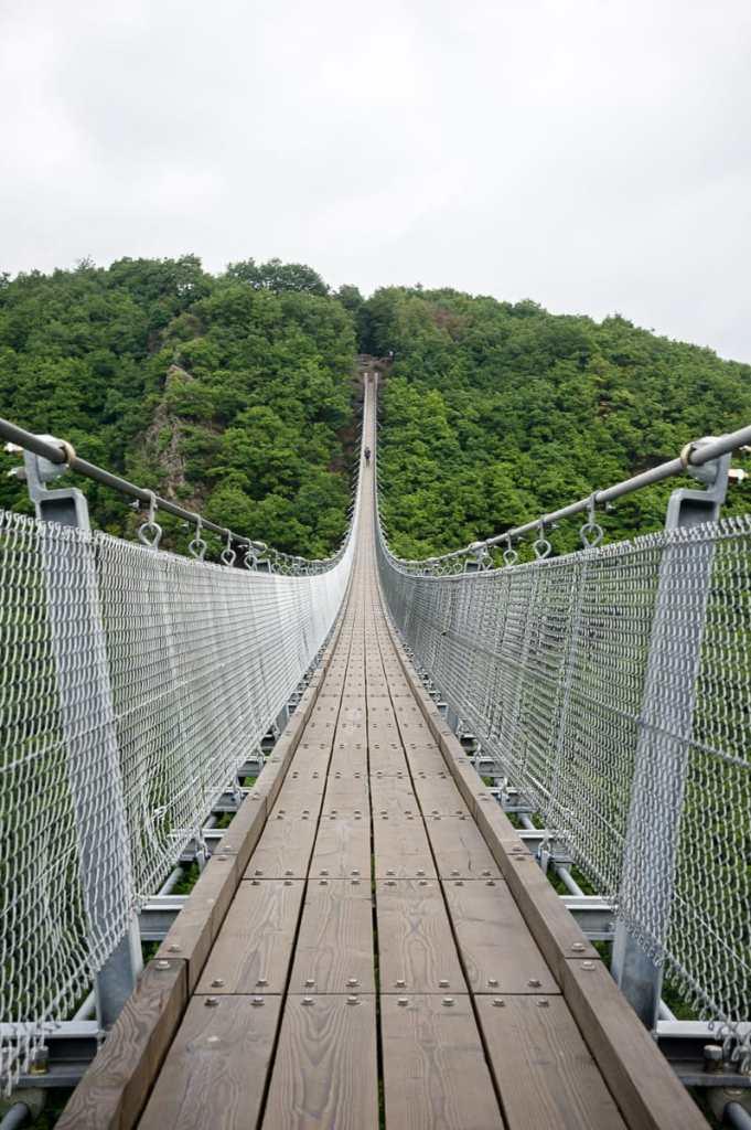 85 cm breit - die Geierlay-Hängeseilbrücke im Hunsrück