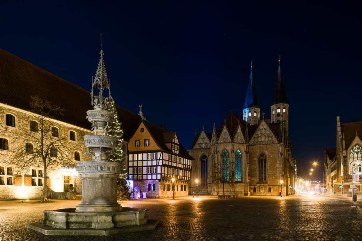Altmarkt mit Altmarktbrunnen, Kirche St. Martini, Zollhaus und Gewandhaus bei Nacht