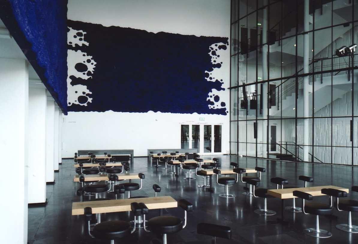 monochrom blaue Wandtafeln von Yves Klein im MiR Foto: Pedro Malinowski