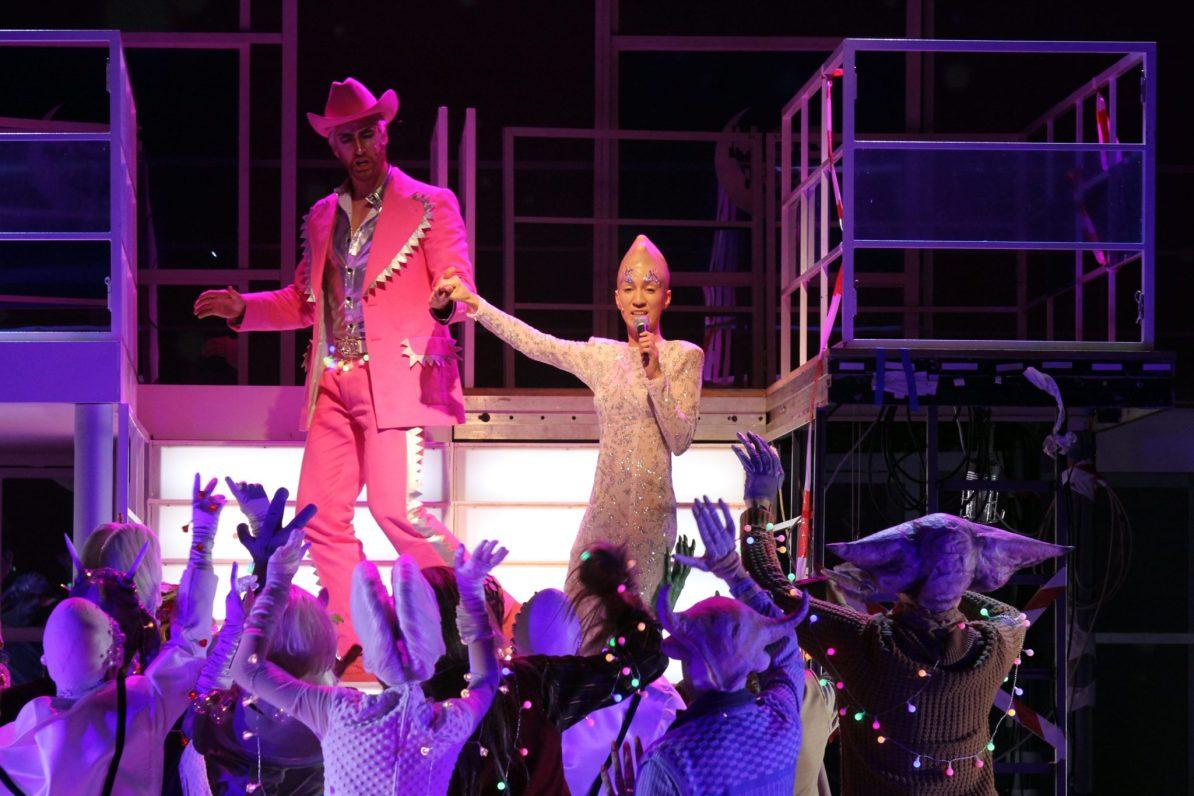 Theater Hagen Kenneth Mattice (Prinz Sternschnuppe), Cristina Piccardi (Frau Luna), Chor © Klaus Lefebvre