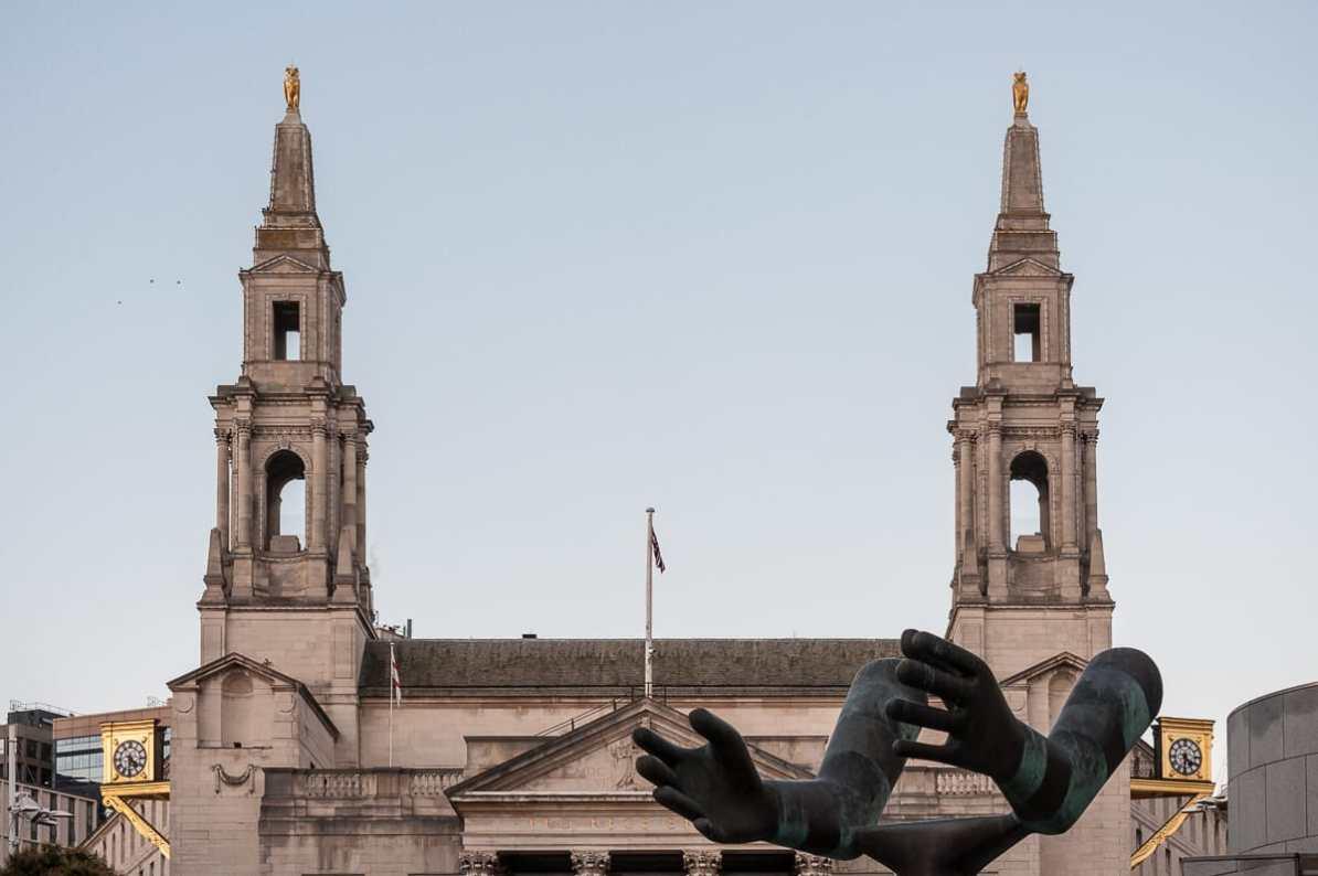 """Am Nelson Mandela Gardens - die Skulptur """"Both Arms"""""""