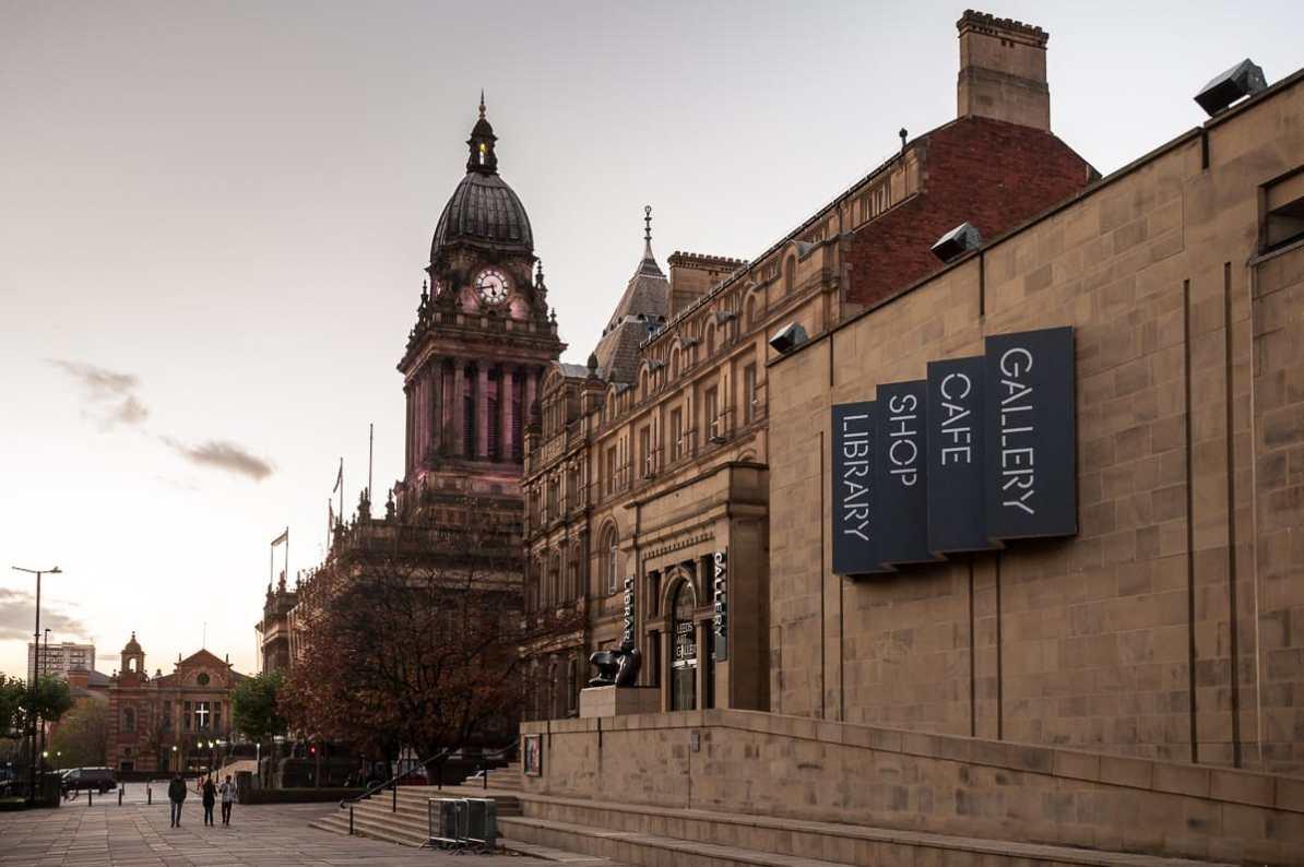 Leeds Art Gallery mit Henry Moore Statue am Eingang