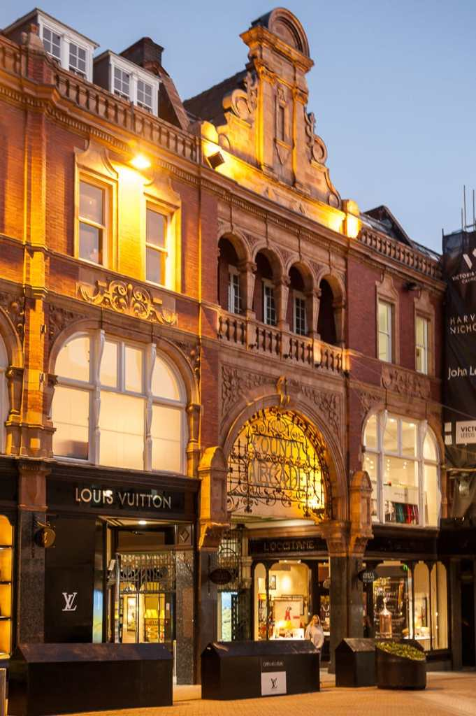 Victoria Quarter mit Louis Vuitton