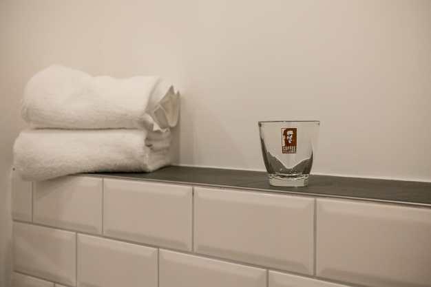Ablage über dem WC mit Zahnputzbecher