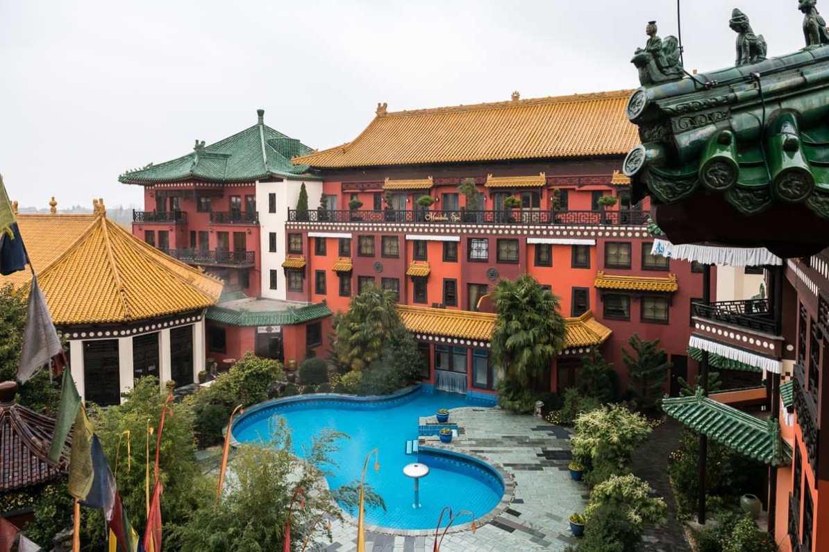 Das Mandala Spa mit Außenpool, links daneben: Bamboo Restaurant