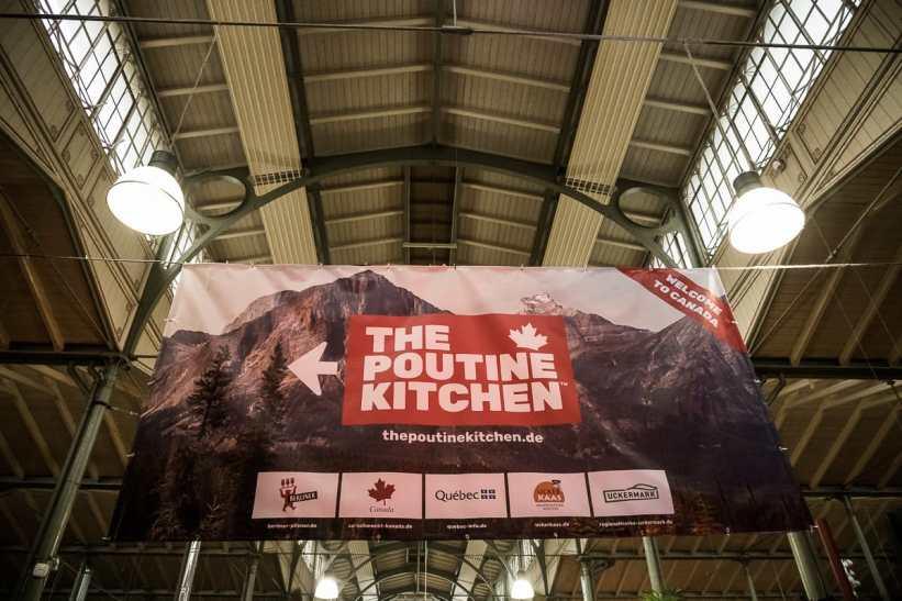 Großes Banner mit Wegweiser zu The Poutine Kitchen