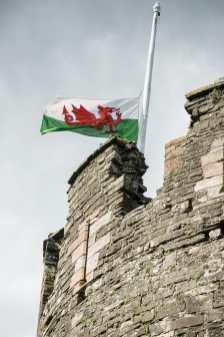 Walisische Flagge über Conwy Castle