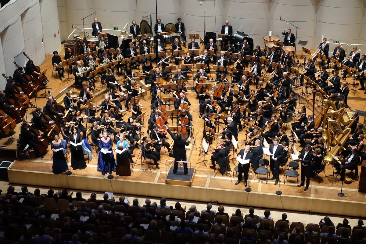 Die Dortmunder Philharmoniker mit Solisten unter der Leitung von Gabriel Feltz bei Mahlers 8. Sinfonie