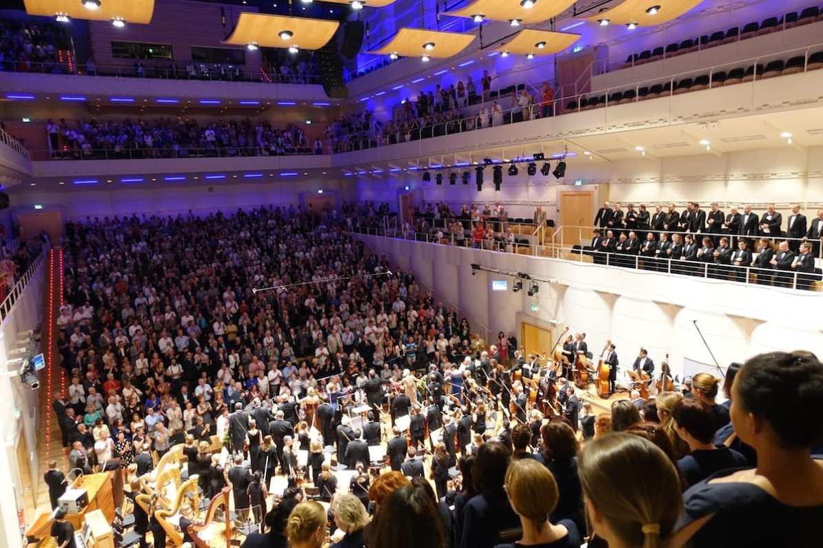 Standing Ovations für die Dortmunder Philharmoniker - Fernorchester auf dem oberen Balkon