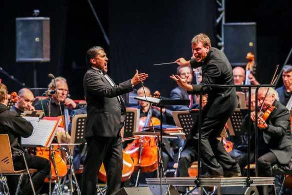 Am Freitagabend präsentierten sich dem Dortmunder Publikum erstmals die beeindruckenden Stimmen des neuen Opernensembles am Theater Dortmund. Begleitet wurden diese stimmlichen Feuerwerke von den Philharmonikern unter der Leitung von Generalmusikdirektor Gabriel Feltz. Foto: Jan Heinze