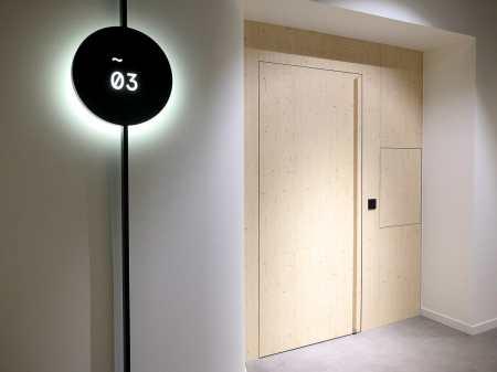 Tür zu einem wellnest mit elektronischem Türöffner und Durchreiche
