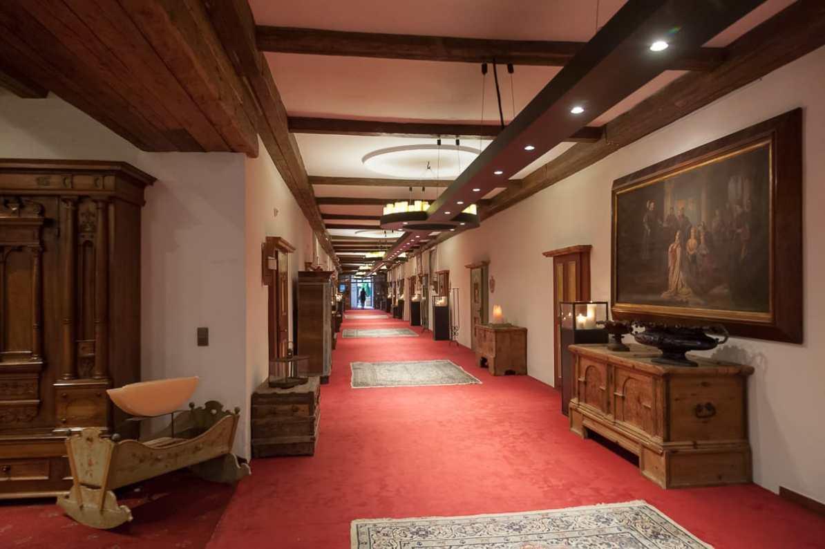 Klostergang im ersten Stock des Hotels