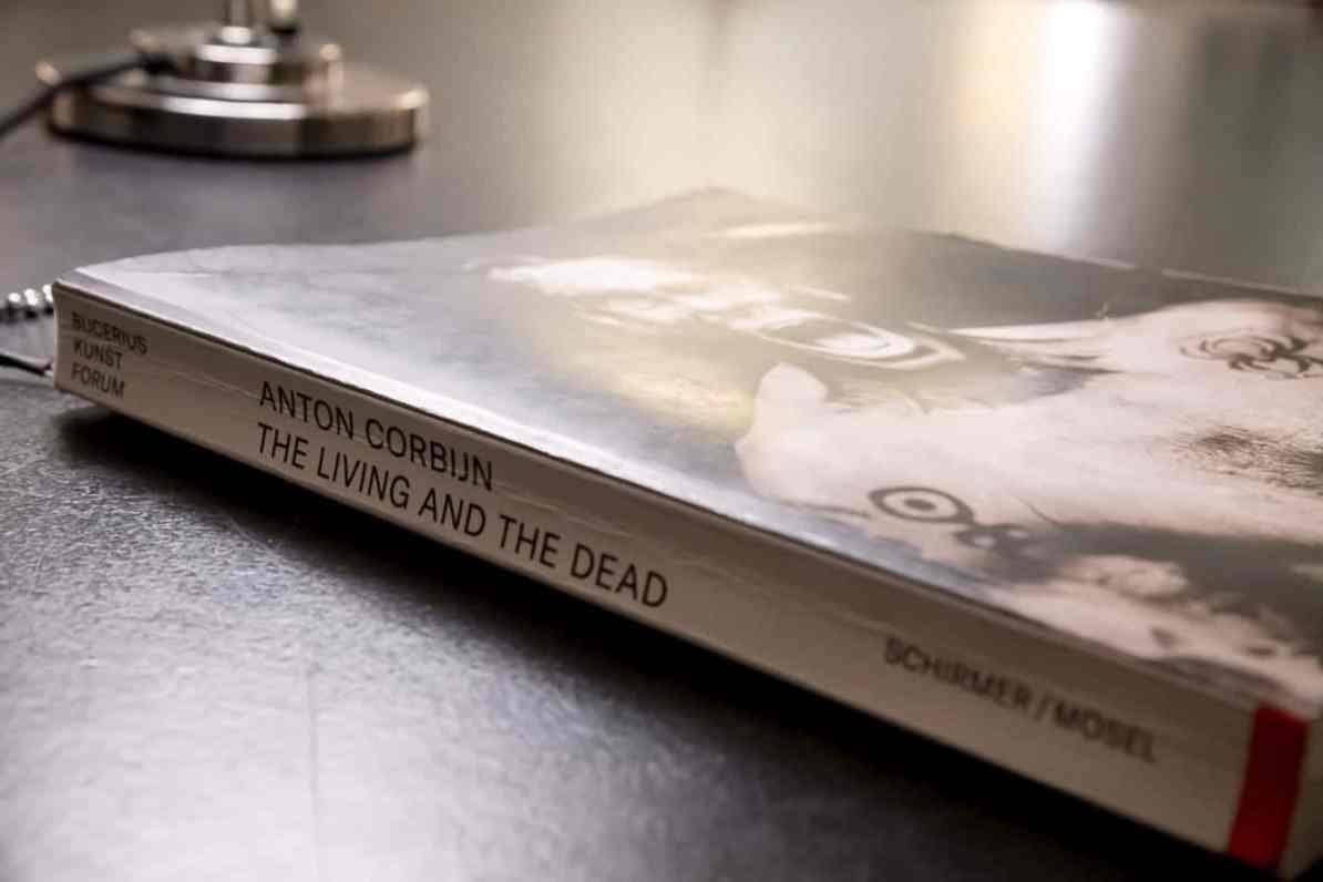 "Der Ausstellungskatalog ""The Living and The Dead"", Anton Corbijn, Bucerius Kunst Forum"