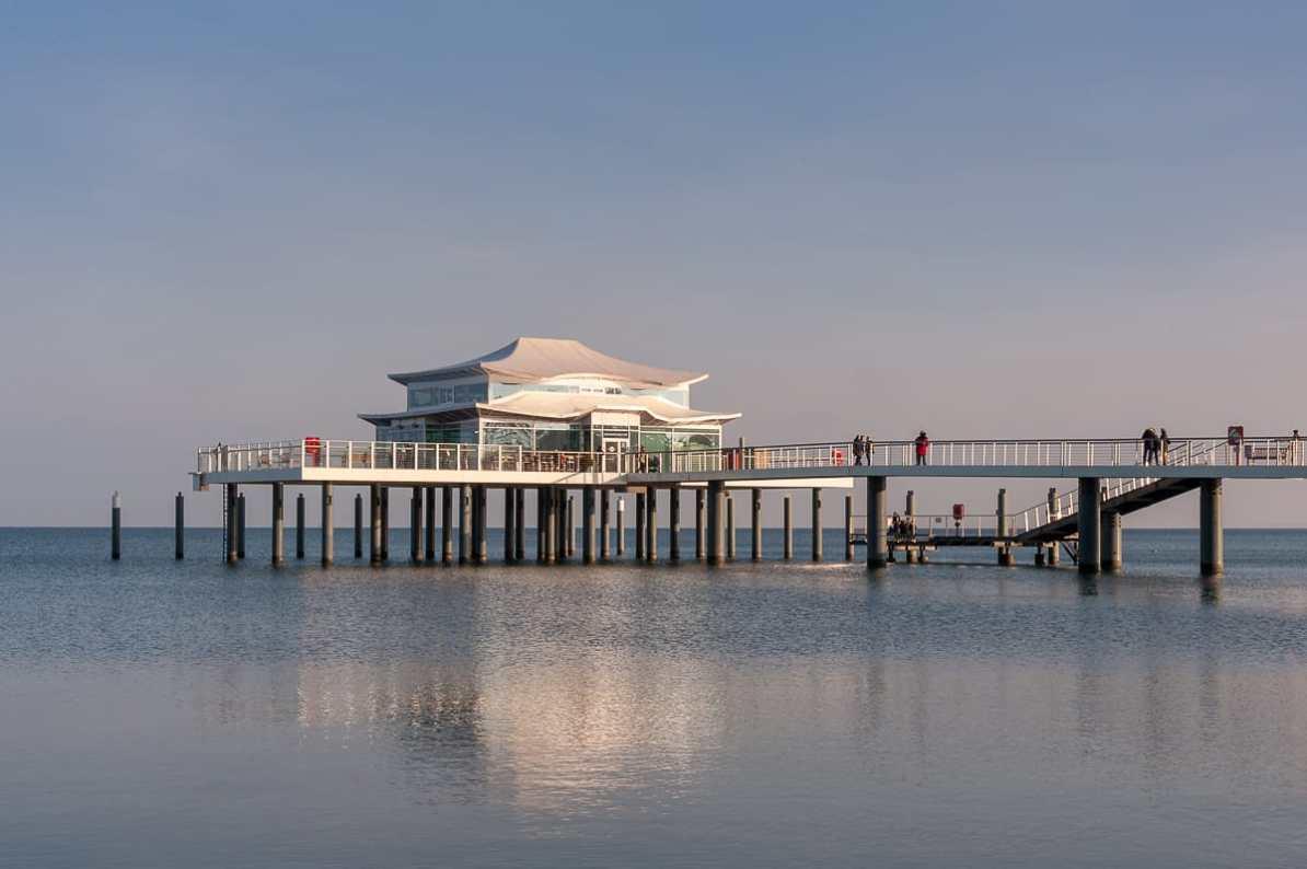 Die Seeschlösschenbrücke mit japanischem Teehaus