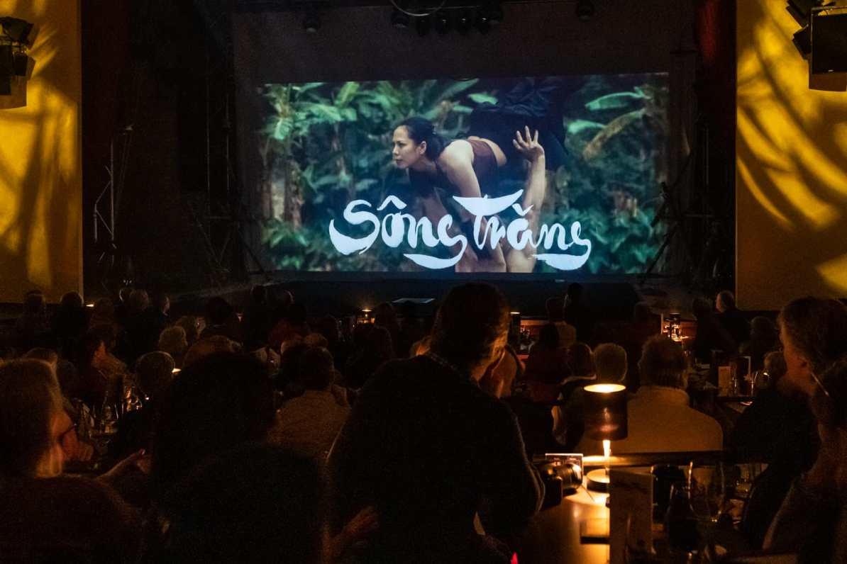Filmtrailer wird zu Beginn der Show auf der Bühne gezeigt.