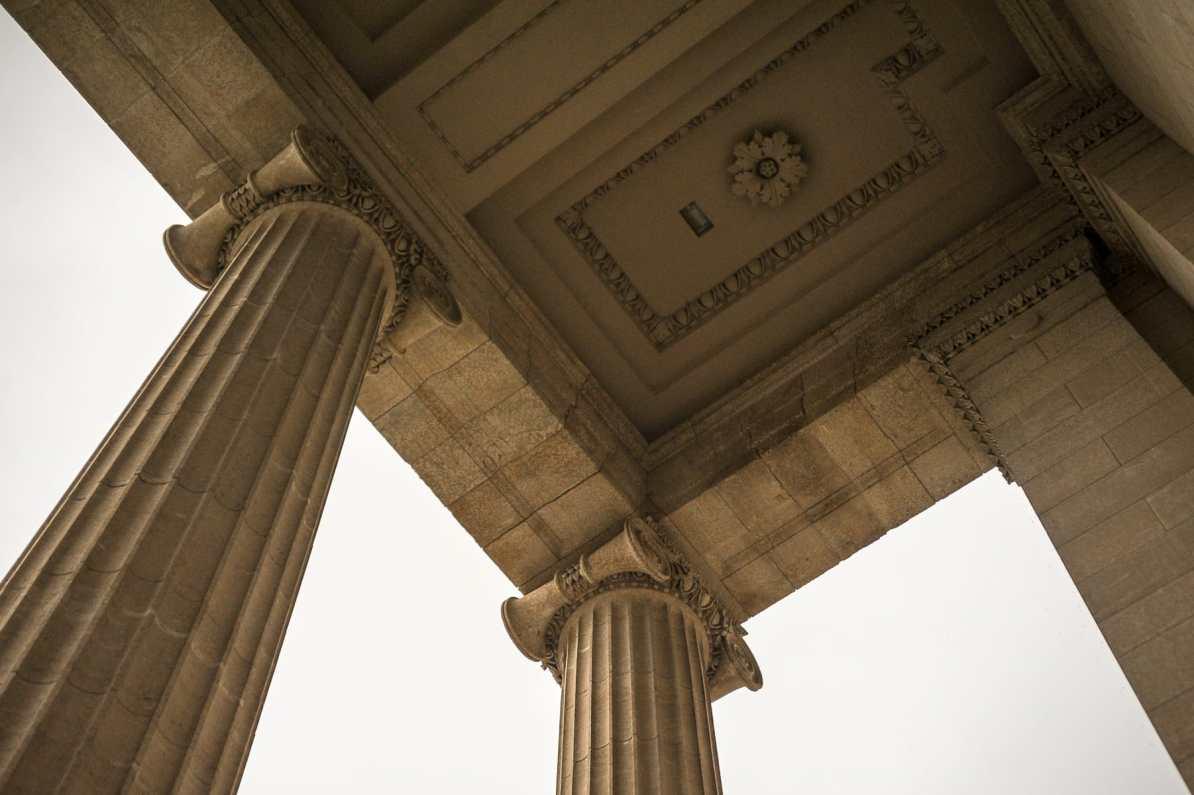 Rosetten und Säulen am Haupteingang