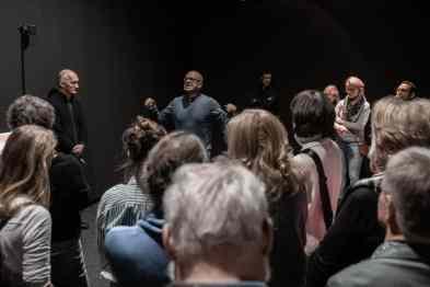 Mit beeindruckender Körperlichkeit führt Christoph Schaden durch die Ausstellung.