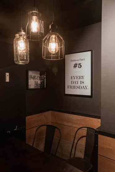"""Eine Ecke des Frittenwerks mit Fritten Fact """"Every Day is a Friesday."""""""