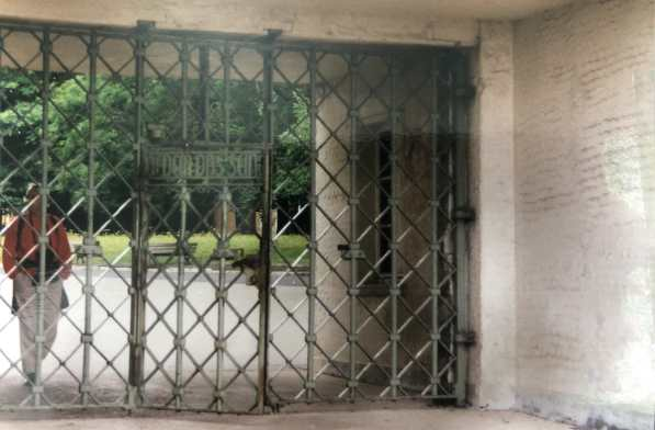 """Lagertor im KZ Buchenwald mit Inschrift """"Jedem das Seine"""" - digitales Foto eines analogen Fotos (1999)."""