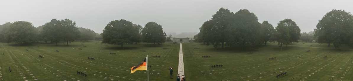 Der schier endlos wirkende La Cambe-Friedhof, der über 21.000 deutsche Tote der Schlacht in der Normandie beherbergt.