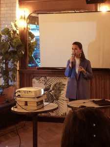 Nicole bei ihrer Buchpräsentation.