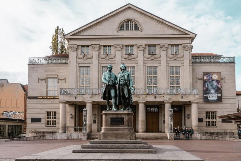 Deutsches Nationaltheater in Weimar mit Goethe-Schiller-Denkmal.
