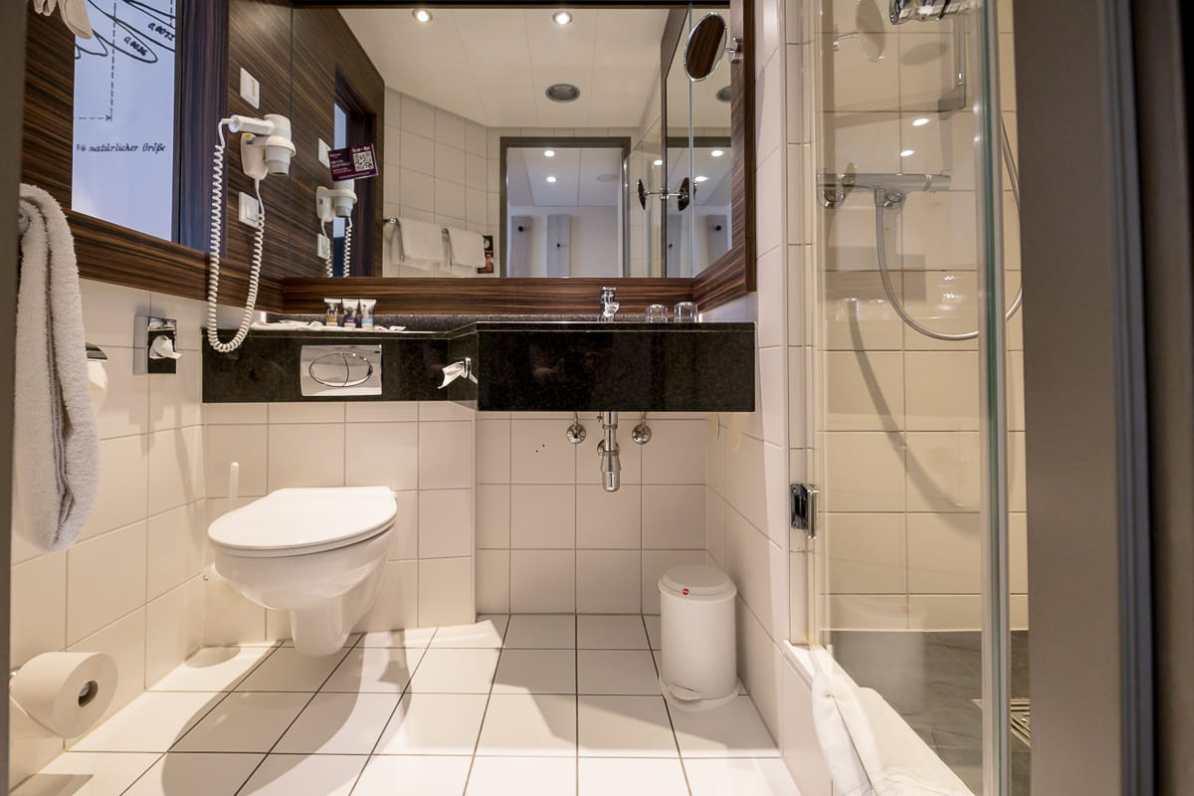 Das Bad - den Platz gut ausgenutzt für Waschbecken, WC und Dusche.