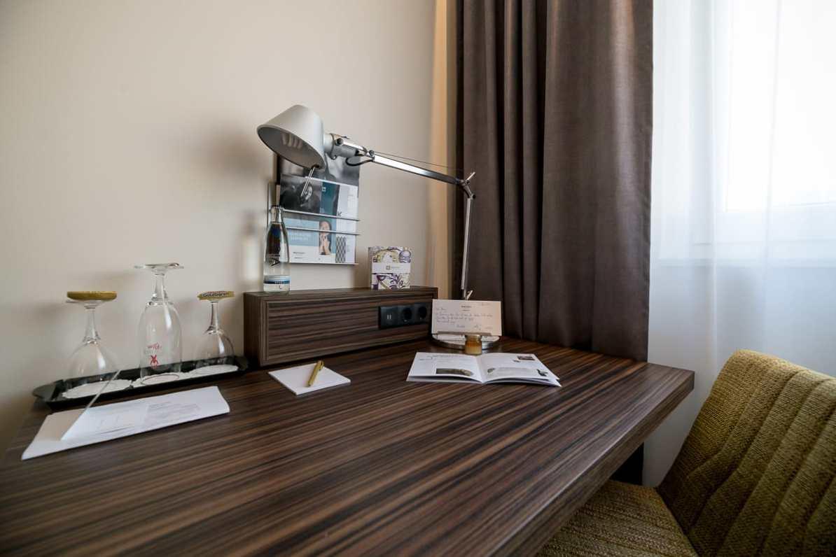 Arbeitsplatz im Mercure Hotel Berlin City mit ausreichenden Steckdosen und viel Platz auf dem Tisch.