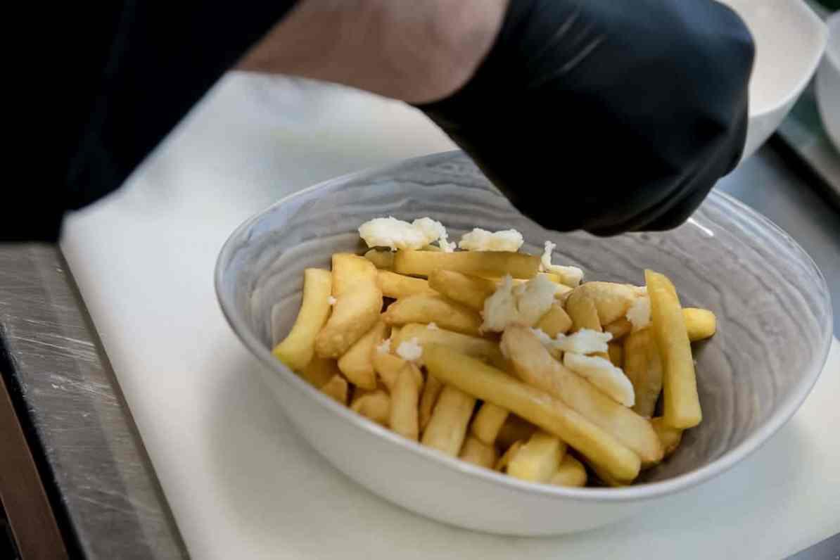 Anrichten der Steakhouse Fries mit Cheese Curds