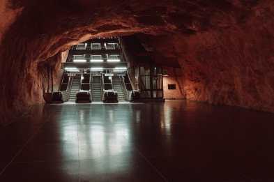 Die nicht ganz so repräsentative andere Seite - Aufgang mit Aufzug, Rolltreppen und ohne griechischer Säule.