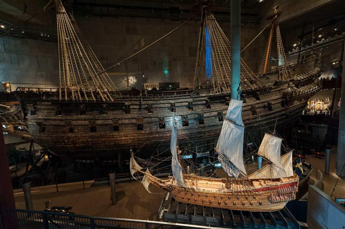 Die Galeone Vasa - Original und Modell im Vordergrund im Vasa Museum.