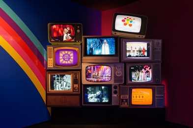 Alte Fernseher mit TV-Aufnahmen von ABBA