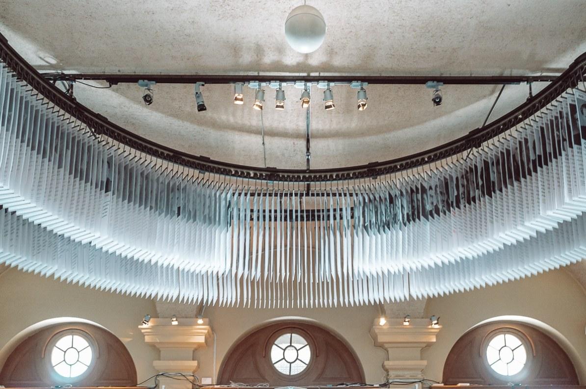 Im Nobelpreismuseum am Stortorget - Biografien der Nobelpreisträger hängen an der Decke und fahren an einem Schienensystem durchs Museum