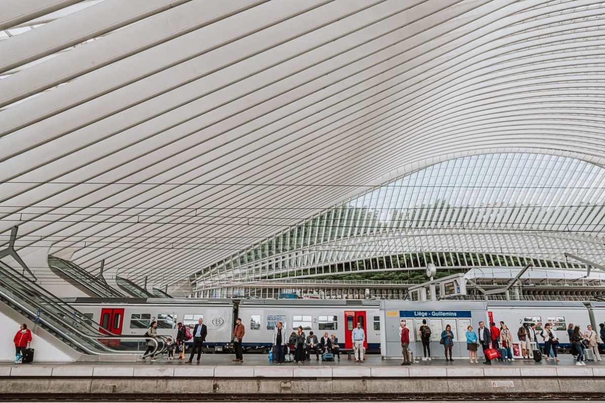 Wartende am Gleis des Bahnhofs in Lüttich.