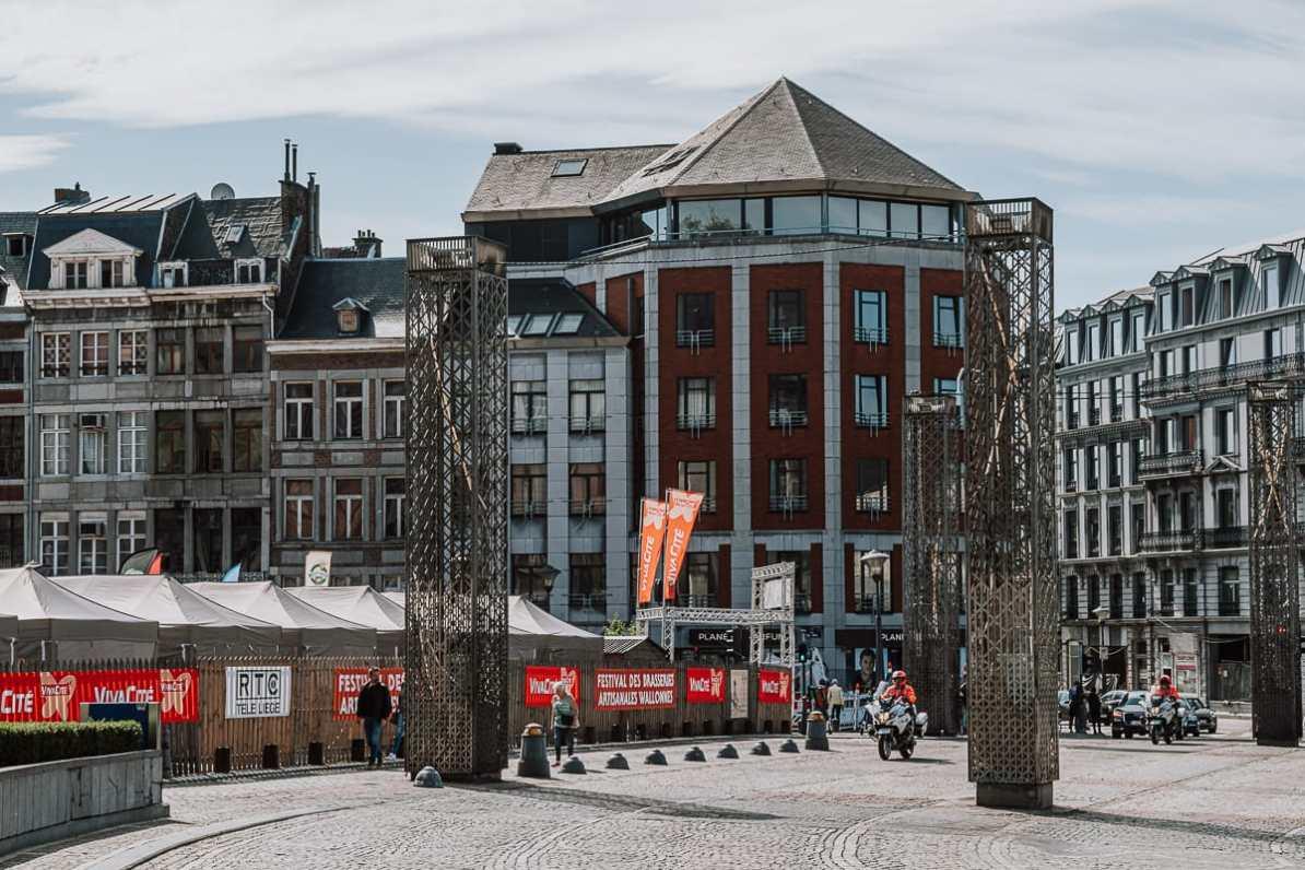 Place Saint Lambert - Stahlsäulen für den Standort der alten Kathedrale von Lüttich