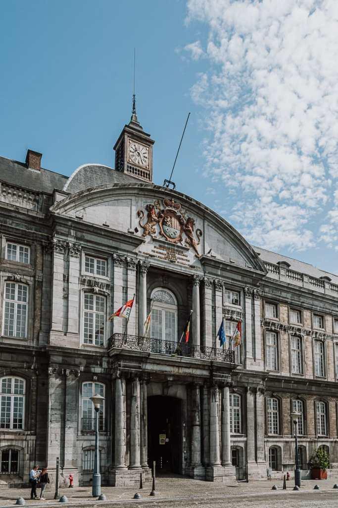 """Eingangsportal des fürstbischöfliche Palais """"Le Palais des Princes-Évêques"""" in Lüttich."""