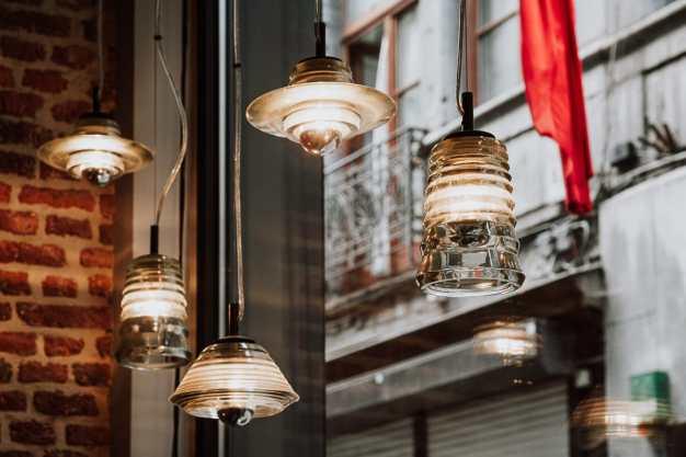 Designerlampen im Fenster des Boutique-Hotel Neuvice